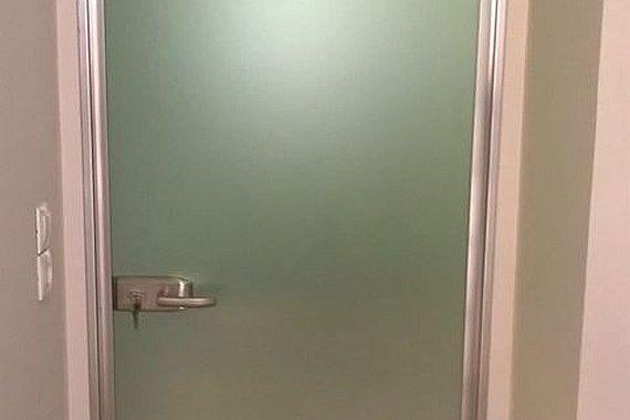 γυάλινη πόρτα με σατινέ τζάμι και κάσωμα αλουμινίου