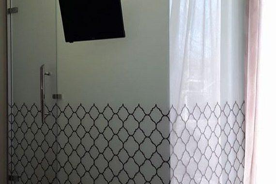γυάλινος τοίχος μπάνιου μέσα σε υπνοδωμάτιο